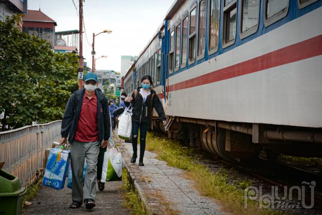 Rất nhiều hành khách mang rất nhiều đồ trở lại thủ đô làm việc.