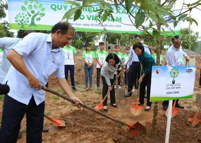 """""""Quỹ 1 triệu cây xanh cho Việt Nam"""" và Vinamilk trồng cây tại tỉnh Bắc Kạn vào năm 2018."""