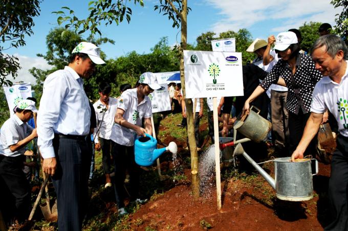 Năm 2014, Vinamilk và Quỹ 1 triệu cây xanh cho Việt Nam trao tặng 40.000 cây xanh cho tỉnh Điện Biên.