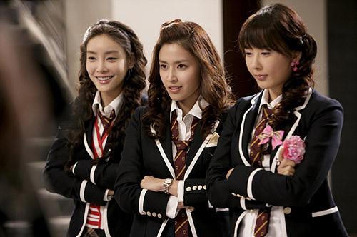 Jang Ja Yeon (bên trái) nổi danh với vai phụ trong Vườn Sao Băng
