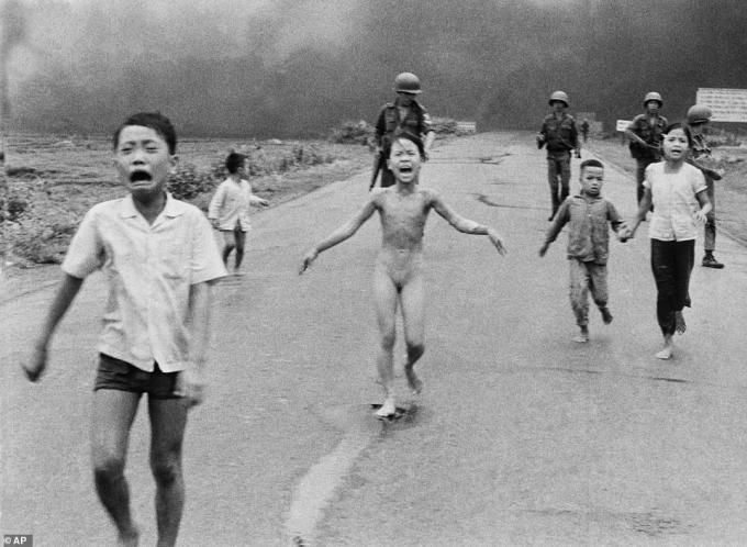 Bức ảnh về bé gái 9 tuổi Phan Thị Kim Phúc được truyền đi toàn thế giới, và được cho là đã đẩy mạnh phong trào phản đối Chiến tranh Việt Nam ở Mỹ. Trước khi bức ảnh kinh hoàng về vụ thả bom napalm năm 1972 ở Trảng Bàng, Tây Ninh được chụp, Kim Phúc đã phải xé bỏ quần áo đã bị cháy. Ảnh:AP.