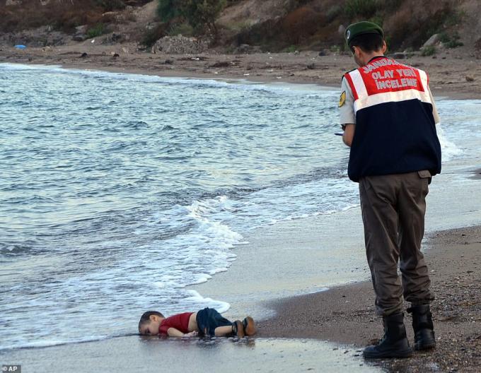Hình ảnh thương tâm về bé trai ba tuổi Aylan Kurdi bị trôi dạt vào bờ biển Bodrum, Thổ Nhĩ Kỳ, đã gây sốc cho toàn thế giới, bốn năm sau khi nội chiến Syria nổ ra. Gia đình của Aylan đã rời Bodrum ngày 2/9/2015, hy vọng đến đảo Kos của Hy Lạp, nhưng con tàu nhỏ của họ bị lật chỉ 30 phút sau khi khởi hành. Ảnh:AP.