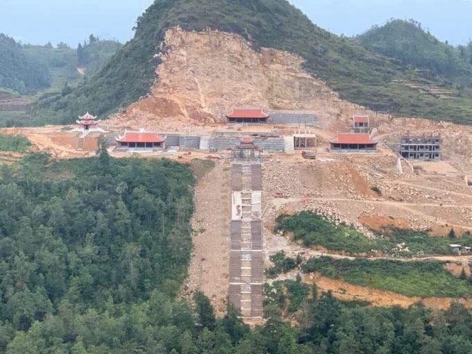 Núi đá vôi bị xẻ 'toang hoác' để xây chùa ở phía đông bắc cột cờ Lũng Cú (chụp ngày 20-10-2019) - Ảnh: HỮU THẮNG