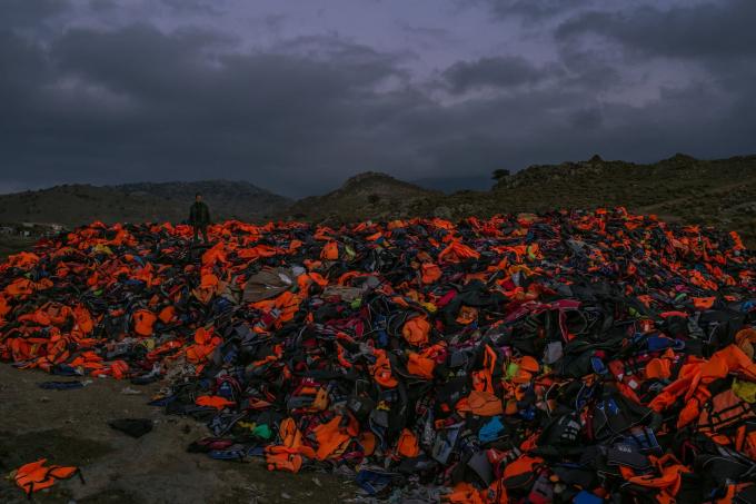 Ngày 7 tháng 11 năm 2015. Một đống áo phao bị vứt bỏ,với ống nhựavà những chiếc bè cao su xì hơi, trang bị cơ bản mà hàng ngàn người tị nạn sử dụng để vượt biển Aegean từ Thổ Nhĩ Kỳ, vào lúc hoàng hôn trên Lesbos.  (Ảnh củaMauricio Lima)