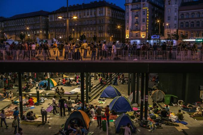 Ngày 1 tháng 9 năm 2015. Hàng chục gia đình tị nạn, chủ yếu đến từ Syria, cắm trại bên dưới nhà ga xe lửa Keleti ở trung tâm Budapest (Hungary).  (Ảnh củaMauricio Lima)