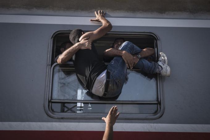 Ngày 18 tháng 9 năm 2015. Những người tị nạn tuyệt vọng lên tàu về hướng Zagreb tại ga Tovarnik ở biên giới với Serbia. Khi các quốc gia thắt chặt biên giới, hàng ngàn người di cư và người tị nạn đã bị giữ lại ở Balkan,khiến Serbia này lâm vào tình trạng khủng hoảng.  (Ảnh củaSergey Ponomarev)