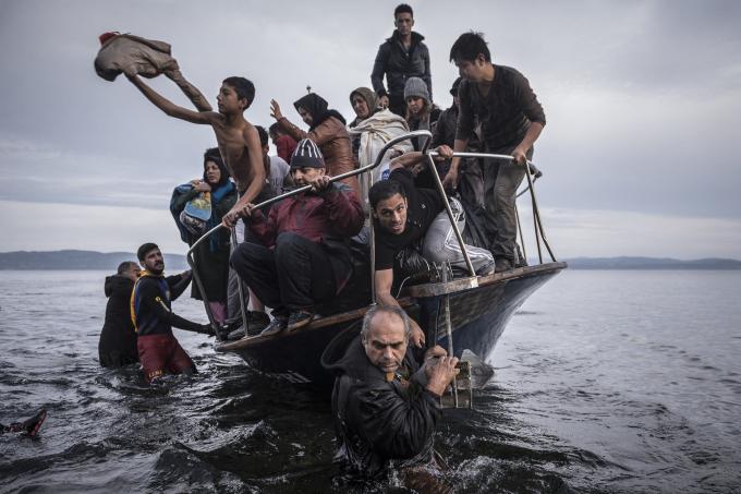 Ngày 16 tháng 11 năm 2015. Một đoàn người di cư đến bằng một chiếc thuyền Thổ Nhĩ Kỳ gần làng Skala, trên đảo Lesbos của Hy Lạp. Chủ thuyền Thổ Nhĩ Kỳ đã đưa khoảng 150 người đến bờ biển Hy Lạp và cố gắng trốn thoát trở lại Thổ Nhĩ Kỳ. Người đàn ông này đã bị bắt ở vùng biển Thổ Nhĩ Kỳ.  (Ảnh củaSergey Ponomarev)