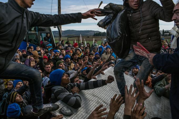 Ngày 28 tháng 11 năm 2015. Người tị nạn từ Pakistan, Bangladesh, Morocco, Algeria và Somalia đấu tranhnhậnnước, chăn, tã và một số quần áo trong ngày thứ 10 của họ ở gần biên giới ở Idomeni, Hy Lạp. Họ không được phép đi qua Macedonia. Chỉ những người tị nạn từ Afghanistan, Iraq và Syria mới được phép tiếp tục hành trình.  (Ảnh củaMauricio Lima)