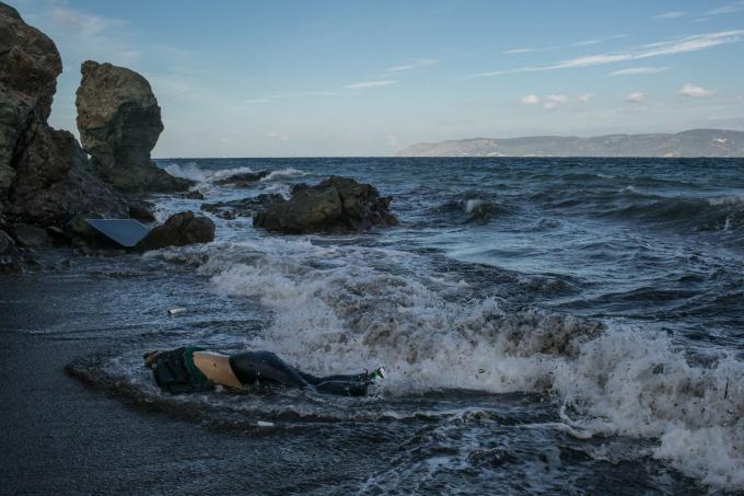 Ngày 1 tháng 11 năm 2015. Thi thể của một người tị nạn đã cố gắng vượt biển Aegean từ Thổ Nhĩ Kỳđã trôi dạt vào bờ Lesbos. Ba thi thể khác, của một cô bé 12 tuổi, một người đàn ông trung niên và một người đàn ông lớn tuổi, cũng được tìm thấy vào sáng hôm đó.  (Ảnh củaMauricio Lima)