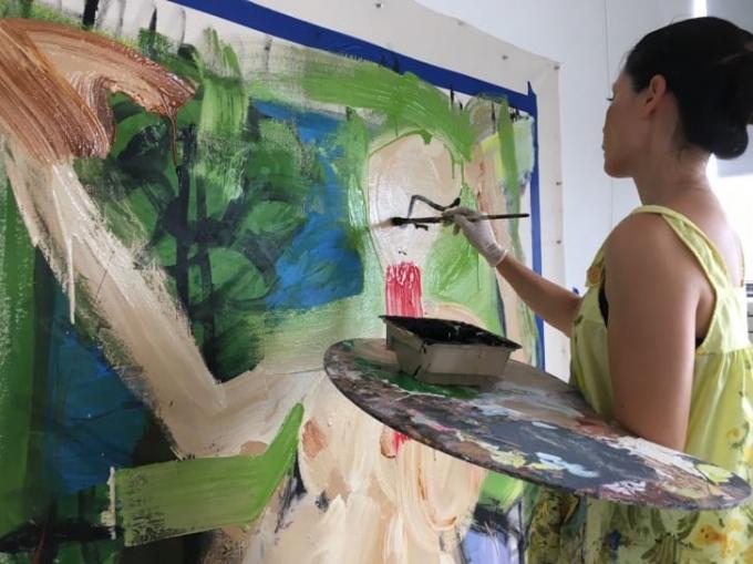 Liu sở hữu một studio nghệ thuật cùng với công việc là một diễn viên và đạo diễn