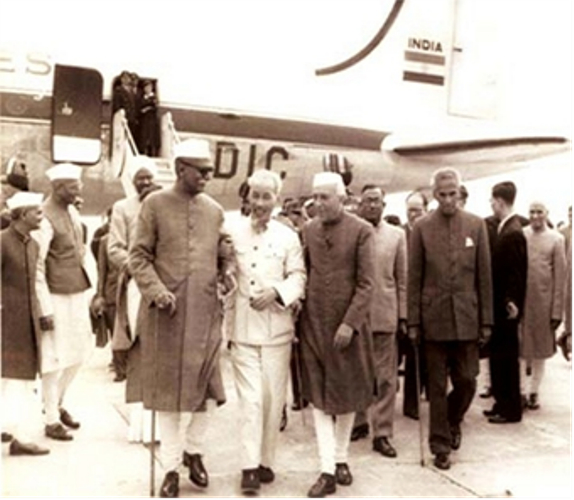 Tổng thống Rajendra Prasad và Thủ tướng J.Nehru đón tiếpChủ tịch Hồ Chí Minhsang thăm Ấn Độ năm 1958, tại sân bay New Delhi. (Ảnh Tư liệu QĐND)