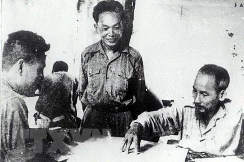 Chủ tịch Hồ Chí Minh cùng Đại tướng Võ Nguyên Giáp nghiên cứu phương án tác chiến chiến dịch Biên giới, năm 1950. (Nguồn: Tư liệu/TTXVN)