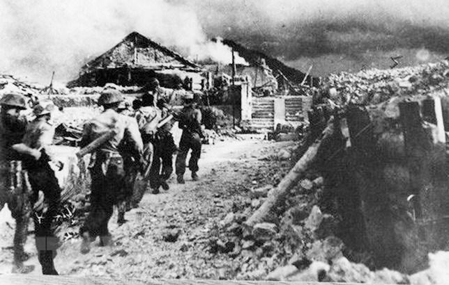Bộ đội ta xung phong đánh chiếm cứ điểm Đông Khê, ngày 16/9/1950. (Nguồn: Tư liệu TTXVN)