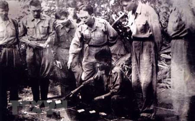 Đại tướng Võ Nguyên Giáp chỉ đạo phương án tác chiến trong chiến cuộc Đông Xuân 1953-1954. (Nguồn: Tư liệu TTXVN)