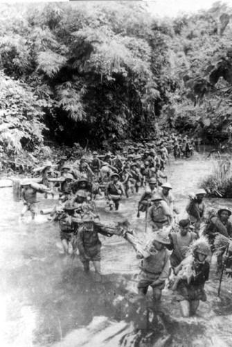 Bộ đội ta hành quân lên Tây Bắc trong chiến cuộc Đông Xuân 1953-1954. (Nguồn: Tư liệu TTXVN)