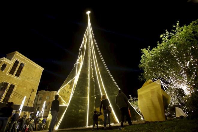 Cây thông Giáng sinh cao 35 m này được dựng ở một trong các cảng lâu đời nhất thế giới tạiByblos, Lebanon