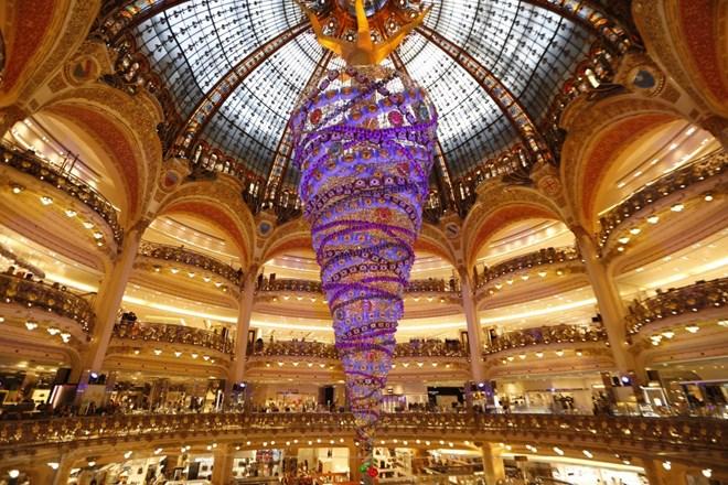 Cây thôn ngược ở thủ đô Paris, Pháp: Galeries Lafayette là một siêu thị lớn chủ yếu về thời trang, nằm trên đại lộ Haussmann với phần trang trí rất ấn tượng cho cây thông noel