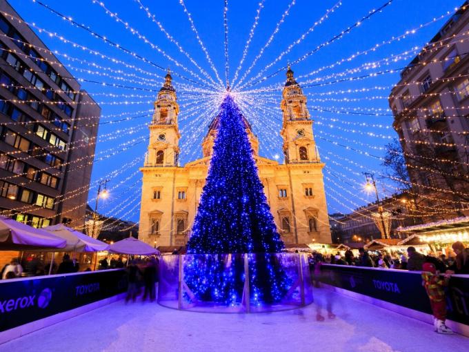 Cây thông xanh lấp lánh tại Budapest, Hungary.Vào mỗi mùa Giáng sinh, khi cây thông được dựng trước nhà thờSt. Steven Basilica, nơi đây lạithu hút khoảng 700.000 du khách tham quan.