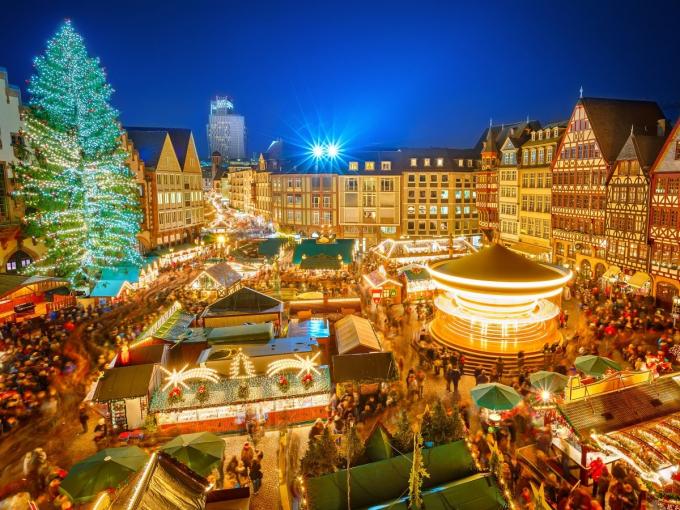 Khung cảnh thần tiên tạikhu chợ Giáng sinh ở Frankfurt, Đức với cây thông khổng lồ