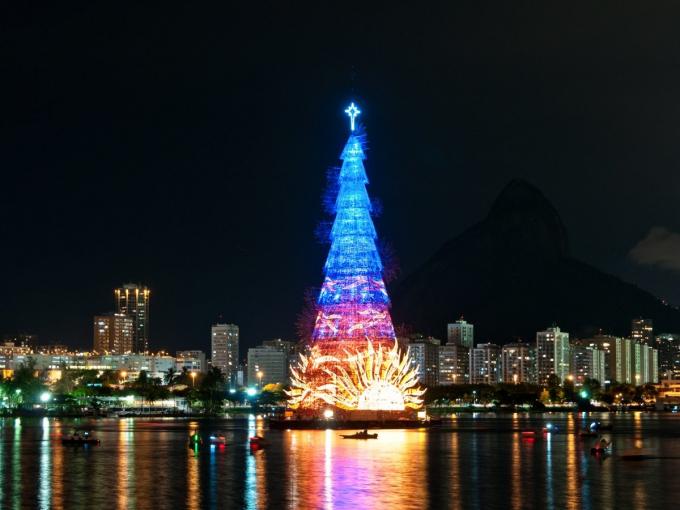 Cây thông cao 85 m bằng khung kim loại được dựng nổi trên đầm Rodrigo de Freitas,Rio de Janeiro, Brazil đãlập kỷ lục Guinness là cây thông nổi lớn nhất thế giới. Đây là một tác phẩm đặc biệt với chiều cao 85m, nặng 542 tấn, được chiếu sáng bởi hơn 3.300.000 đèn. Được thắp sáng lần đầu vào năm 1996, cây thông đã trở thành biểu tượng Giáng sinh của thành phố lễ hội Rio de Janeiro