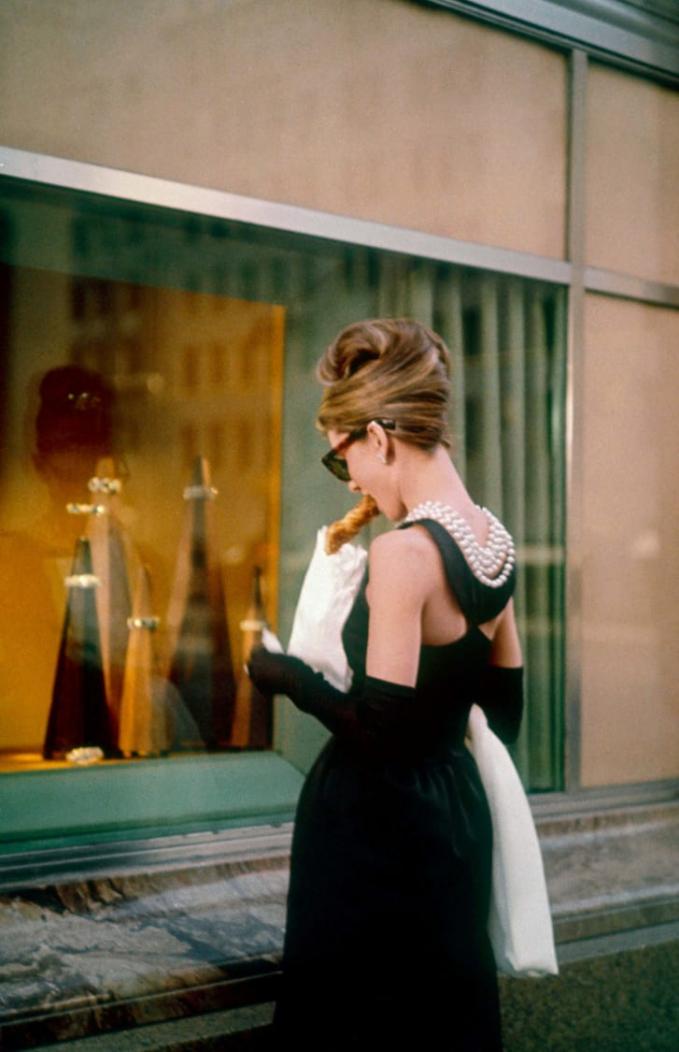 Chiếc Đầmđược thiết kế bởi nhà thiết kế lừng danh Hubert de Givenchy, người đã thiết kế toàn bộ trang phục choAudreyHepburn trong