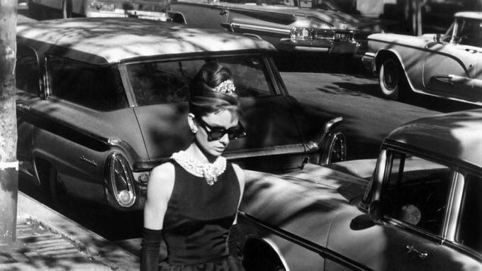 Audrey Hepburn đã biến chiếc đầm đen nhỏ nhắn thành biểu tượng thanh lịch nhất của thời trang như thế nào?