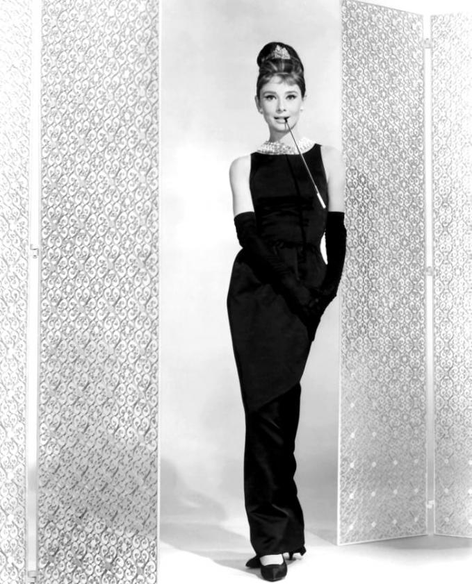 Nữ diễn viên người Anh Audrey Hepburn trên trường quay Breakfast at Tiffany dựa trên tiểu thuyết của Truman Capote và đạo diễn Blake Edwards.(Ảnh của Paramount Pictures / Sunset Boulevard / Corbis qua Getty Images)
