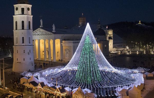 Quảng trường Cathedral ở Vilnius, Lithuania nổi bật bởi cây thông Noel độc đáo