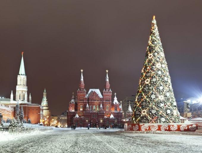 Cây thông Noel cao gần 17 m nằm giữa quảng trường tuyết trắng Manezh,Moscow, Nga