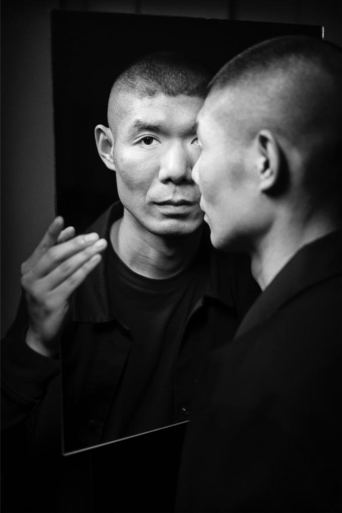 Ren Hang chọn cách gieo mình từ nhà cao tầng để kết thúc cuộc sống vì trầm cảm