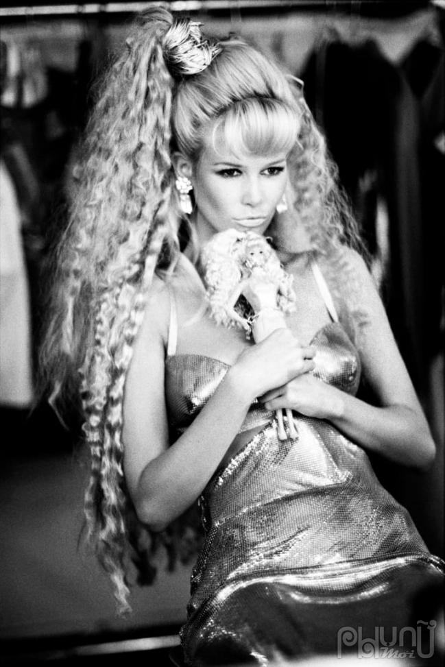Schiffer đóng giả Barbie cho tạp chí Vogue Italia năm 1994 trong chiếc váy Versace (Ảnh:Ellen von Unwerth / Vogue Italia)
