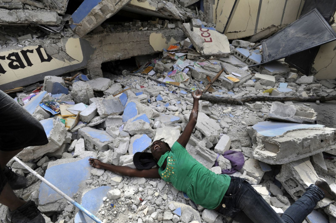 Cindy Tersme lao vào tàn dư còn sót lại của Trường Ecole St. Gerard, tại Port-au-Prince, Haiti sau khi xảy ra một trận động đất mạnh đến 7 độ Richter ở đất nước này hồi tháng 1-2010. Tersme hét lên trong tuyệt vọng khi cô tìm được thi thể người em trai 14 tuổi của cô - Jean Gaelle Dersmorne.