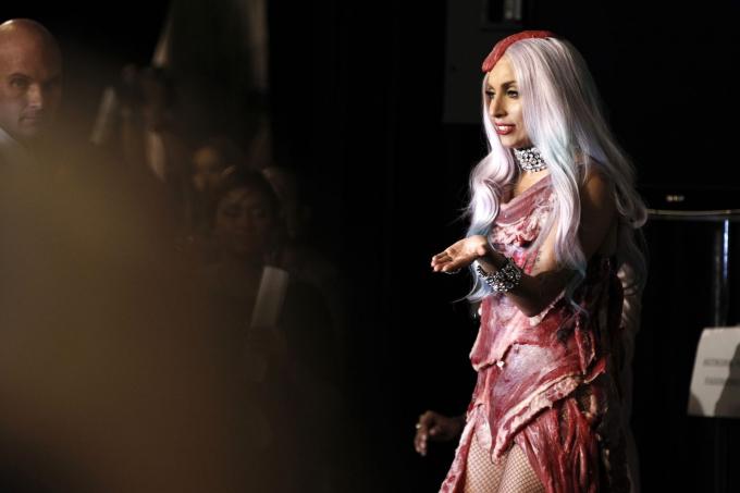 Lady Gaga mặc một chiếc váy làm từ thịt thật tại Lễ trao giải âm nhạc video MTV vào tháng 9 năm 2010. Xuất hiện sau đó trong
