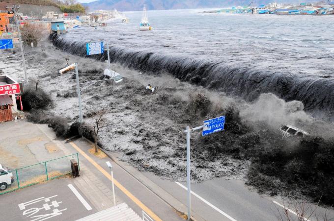 Sóng thần đổ ập vào thành phố Miyako, Nhật Bản sau khi một trận động đất mạnh 9,1 độ Richter xảy ra tại đây hồi tháng 3-2011. Trận động đất tạo nên cơn sóng thần cao tới khoảng 38,9m và tiến vào đất liền khoảng 10km, gây thiệt hại lớn nhiều lò phản ứng hạt nhân trong khu vực. Đây là trận động đất lớn nhất trong lịch sử Nhật Bản - Ảnh: Reuters
