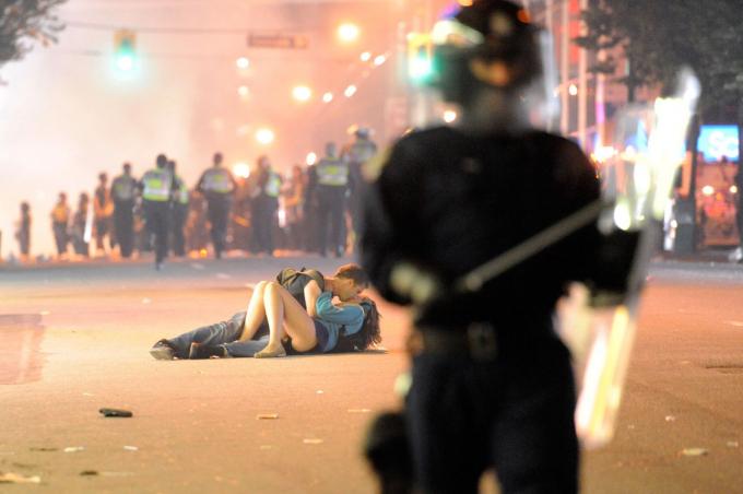 Một cặp đôi hôn nhau trên đường phố sau khi bạo loạn nổ ra ở Vancouver, British Columbia, vào tháng 6 năm 2011.Hình ảnh Lam