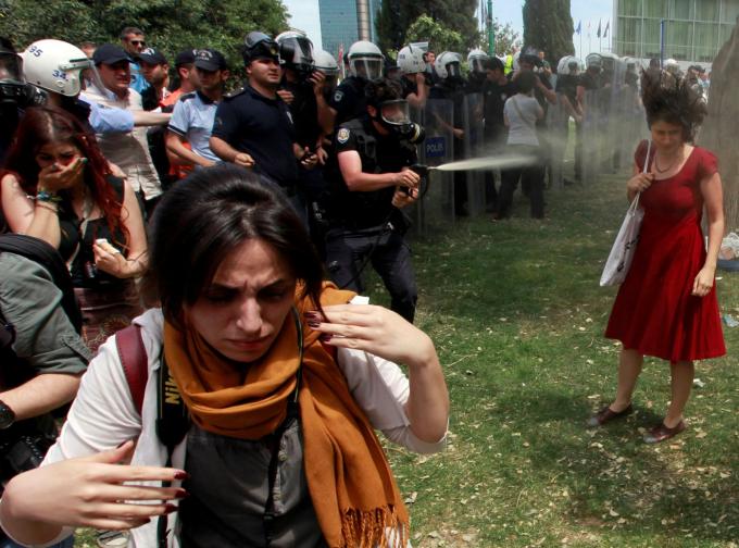 Một cảnh sát Thổ Nhĩ Kỳ sử dụng hơi cay khi người dân phản đối kế hoạch phá hủy công viên Gezi ở Istanbul của chính phủ vào tháng 5-2013. Các cuộc biểu tình dần biến thành phong trào phản đối chính phủ trên toàn quốc - Ảnh: Reuters