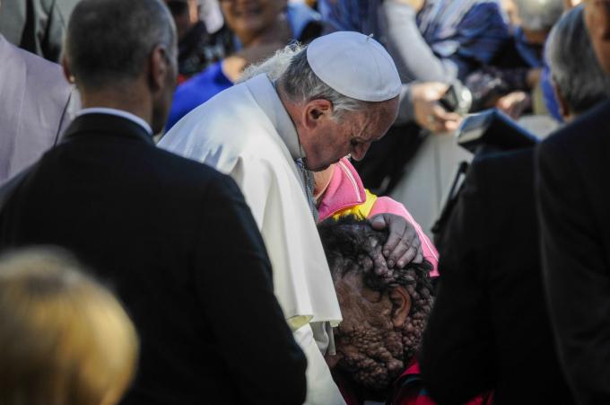 Đức Giáo Hoàng Phanxicô ôm chầm lấy Vinnes Riva, một người đàn ông dị dạng mắc bệnh di truyền không nhiễm trùng, trong một buổi tiếp kiến công chúng tại Vatican vào tháng 11 năm 2013.Hình ảnh về cái ôm đã lan truyền trên mạng xã hội.Giáo hoàng Francis đã được bầu vào tháng 2 năm 2013 sau khi Giáo hoàng Benedict nghỉ hưu. Ảnh: Agf / Shutterstock