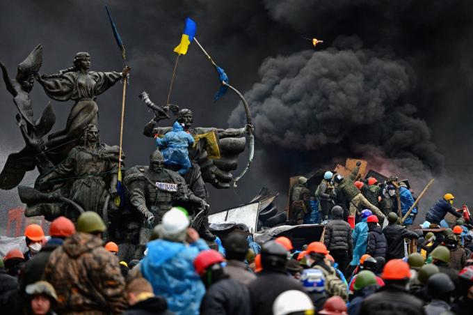 Người biểu tình chống chính phủ đụng độ với cảnh sát tại Kiev, Ukraine vào tháng 2-2014. Quảng trường Độc lập của Kiev trở thành trung tâm của các cuộc biểu tình chống chính phủ kể từ tháng 11-2013 khi tổng thống Viktor Yanukovych thay đổi quyết định thỏa thuận thương mại với EU, thay vào đó chuyển sang Nga. Các cuộc biểu tình nhanh chóng lật đổ ông Yanukovych và gây ra một chuỗi sự kiện, trong đó có việc Nga sáp nhập bán đảo Crimea - Ảnh: Getty Images