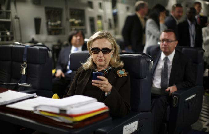 Bà Hillary Clinton khi còn đảm nhiệm chức ngoại trưởng Mỹ, đang kiểm tra chiếc điện thoại BlackBerry của bà trên chiếc máy bay quân sự hồi tháng 10-2011. Bà Clinton cho biết bà dùng email riêng để làm việc chính thức tại Bộ Ngoại giao và bà cảm thấy điều này rất thuận tiện. FBI đã điều tra xem liệu bà Clinton hay các trợ lý của bà có xử lý sai thông tin được phân loại một cách cố ý hoặc cẩu thả. Năm 2016, giám đốc FBI James Comey cho biết ông sẽ không đề nghị buộc tội bà Clinton, thay vào đó ông đã khiển trách bà và các trợ lý vì
