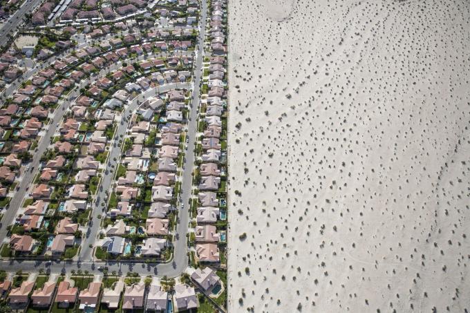 Trong bức ảnh chụp từ trên không hồi tháng 4-2015, một khu nhà ở phát triển nằm sát bên rìa sa mạc chưa được phát triển ở Cathedral City, California. Đại diện chính quyền bang California, ông Jerry Brown yêu cầu các thành phố và thị trấn giảm 25% mức sử dụng nước để đối phó với tình trạng hạn hán - Ảnh: The New York Times