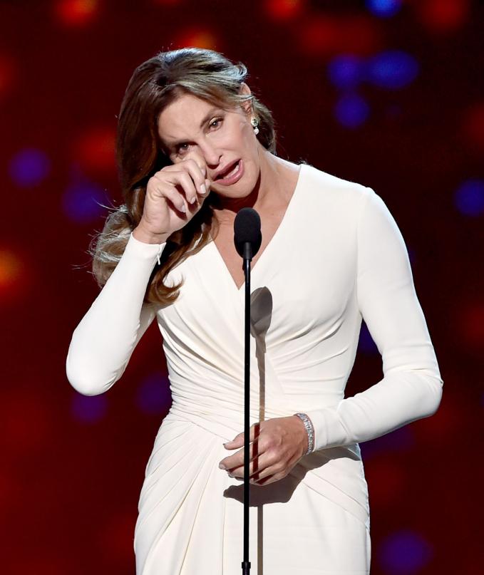 Caitlyn Jenner được vinh danh vì quyết định chuyển giới dũng cảm ở tuổi 65 trong lễ trao giải thường niên của kênh truyền hình thể thao ESPY, diễn ra tại Los Angeles, hồi tháng 7-2015. Caitlyn Jenner được biết tới như một vận động viên điền kinh với tên Bruce Jenner trước khi chuyển giới và là bố dượng của Kim Kardashian - Ảnh: Getty Images
