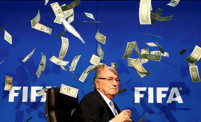 Chủ tịch FIFA Sepp Blatter bị ném tiền vào mặt trong một cuộc họp báo ở Zurich, Thụy Sĩ, vào tháng 7-2015. Số tiền được ném bởi diễn viên hài người Anh Simon Brodkin, sau đó được đưa ra khỏi sân khấu. Blatter đã lãnh đạo FIFA từ năm 1998, nhưng ông đã quyết định từ chức khi FIFA đối mặt với các vụ bê bối tham nhũng - Ảnh: Reuters