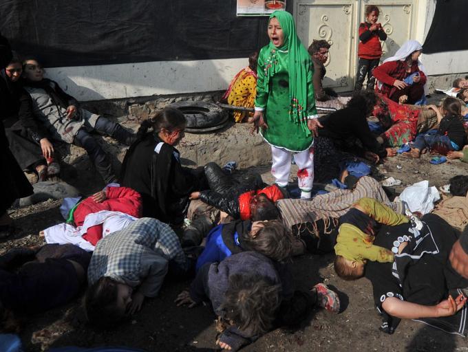 Cô bé 12 tuổi Tarana Akbari hét lên sau khi một kẻ đánh bom liều chết tấn công đền Abul Fazel ở Kabul, Afghanistan, vào tháng 12-2011. Vụ nổ bom kép đã giết chết hàng chục người Afghanistan trong ngày lễ Thánh Ashura - Ảnh: AFP