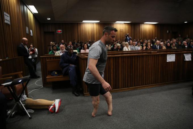 Cựu vận động viên chạy nước rút Olympic Oscar Pistorius đi bộ mà không có đôi chân giả trong phiên xử án ở Pretoria, Nam Phi, vào tháng 6 năm 2015. Luật sư của anh ta đã lập luận rằng anh ta là một nhân vật dễ bị tổn thương nên nhận bản án nhẹ hơn cho vụ giết bạn gái năm 2014, Reeva Steenkamp .Một thẩm phán đã kết án Pistorius sáu năm tù, nhưng bản ánđó sau đó đã được tăng lênthành 13 năm và năm tháng vào năm 2017. Hình ảnh: Siphiwe Sibeko / Hồ bơi / Getty Images