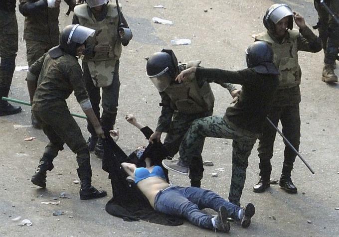 Quân đội Ai Cập bắt giữ một người biểu tình trong một cuộc đụng độ ở quảng trường Tahrir, Cairo vào tháng 12-2011. Hình ảnh về người biểu tình bị chèn ép đã khiến những người biểu tình ủng hộ dân chủ giận dữ và khiêu khích an ninh Ai Cập. Quảng trường Tahrir là trung tâm biểu tượng của cuộc nổi dậy hạ bệ tổng thống Hosni Mubarak hồi đầu năm nay - Ảnh: Reuters