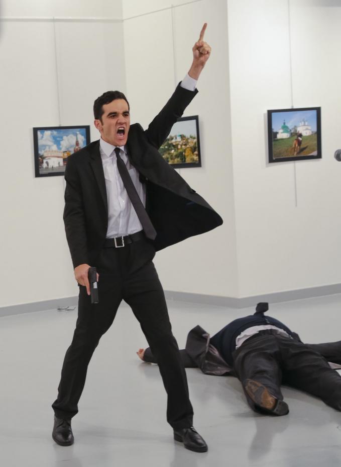 941-1314.jpgMevlut Mert Altintas chỉ tay sau khi ám sát Andrey Karlov, đại sứ Nga tại Thổ Nhĩ Kỳ, tại một triển lãm ảnh ở Ankara, Thổ Nhĩ Kỳ, vào tháng 12-2016. Altintas, một sĩ quan cảnh sát Thổ Nhĩ Kỳ, sau đó bị bắn chết trong vụ xả súng - Ảnh: Reuters