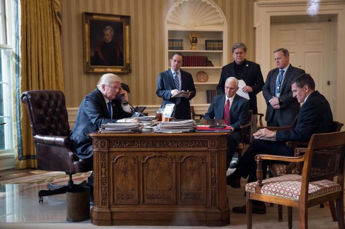 Tổng thống Mỹ Donald Trump có cuộc trò chuyện qua điện thoại với Tổng thống Nga Vladimir Putin,một trong một số nhà lãnh đạo thế giới mà ông đã nói chuyện sau khi nhậm chức vào tháng 1 năm 2017.Các nhân vật có mặt trongPhòng Bầu dục, từ trái sang, là Tham mưu trưởng Reince Priebus, Phó Tổng thống Mike Pence , cố vấn cấp cao Steve Bannon, thư ký báo chí Sean Spicer và cố vấn an ninh quốc gia Michael Flynn.Priebus, Bannon, Spicer và Flynn. Ảnh: Drew Angerer / Getty Images