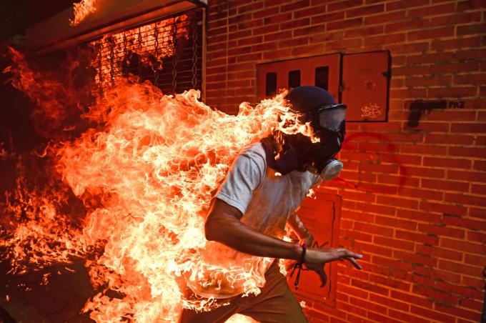 Một người biểu tình bốc cháy trong cuộc biểu tình chống chính phủ ở Caracas, Venezuela, vào tháng 5-2017. Vụ việc xảy ra khi những người biểu tình đụng độ với cảnh sát và bình xăng của một chiếc xe máy của cảnh sát phát nổ - Ảnh: AFP