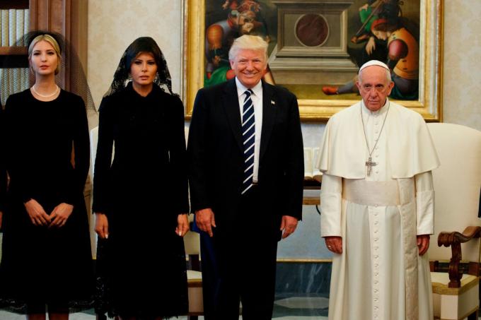 Giáo hoàng Francis đứng cùng Tổng thống Mỹ Donald Trump và gia đình ông trongmột buổi tiếp kiến riêng tại Vaticanvào tháng 5 năm 2017. Tham gia cùng Tổng thống là vợ ông, Melania và con gái Ivanka. Ảnh: Evan Vucci / AP