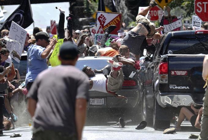 Một chiếc ô tôlao vào một nhómnhững ngườiphản đốiđang diễu hành chống lại một cuộc biểu tình dân tộc da trắng ở Charlottesville, Virginia, vào tháng 8 năm 2017. Heather Heyer, một phụ nữ 32 tuổi đến từ Charlottesville, đã bị giết và 19 người khác bị thương.Một người đàn ông 20 tuổi, James Alex Fields, đã bị buộc tội đâm xe vào đám đông.Anh ta bị kết án chung thân với tội danh giết người cấp độ một và chín tội danh khác vào năm 2018. Ảnh: Ryan M. Kelly / AP